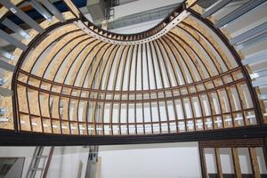 Die bis an die Grenze gebogen Holzspanten für die kuppelförmige Decke