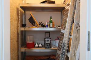 Blick in eines der Abteile, in denen die Teams persönliche Werkzeuge und Ausrüstung aufbewahren können