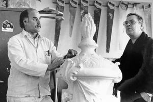 Wilhelm Zehe (rechts) bespricht ein Projekt mit Werkstattleiter Hans Voosen