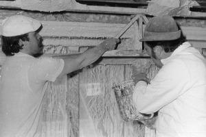 Das historische Foto von 1975 zeigt Mitarbeiter beim direkten Antragen von Stuck