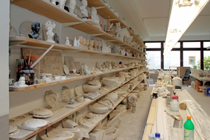 Im Zentrum der Werkstatt befindet sich der lange Zugtisch