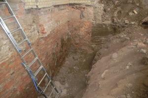 Im Inneren wurde die Bodenplatte und diverse Wandteile zurückgebaut und die Außenwände im Keller freigelegt