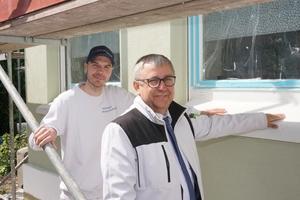 Sind stolz auf die gelungene Fassadensanierung: Malermeister Michael Warmbrunn (links) und Frank Komosinski, technischer Berater bei Brillux
