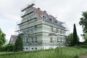 Das in den 1920er Jahren in Recklinghausen erbaute Wohnhaus während der Fassadensanierungsarbeiten im Mai dieses Jahres