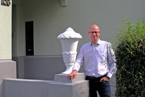 Thomas Wieckhorst, Chefredakteur der bauhandwerk, vor dem sanierten Wohnhaus in Recklinghausen (ab Seite 36)Kontakt: 05241/801040,<br />thomas.wieckhorst@<br />bauverlag.de