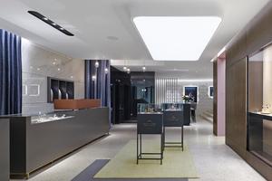 Über den Eingang Kirchstraße gelangen die Kunden zunächst in den Schmuck- und Uhrenbereich. Im Hintergrund rechts führen drei Stufen in das Atrium