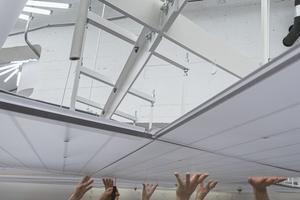 Die im Dach eingebauten Lichttrichter und -kegel versorgen den Plenarsaal mit Tageslicht