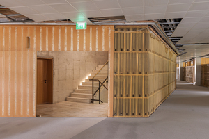 In Abstimmung mit der Denkmalpflege wurden die Holzvertäfelungen der Flur- und Zwischenwände ausgebaut, restauriert und nach Beendigung der Bauarbeiten wieder montiert