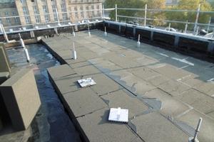 Rechts: Auf der Dachfläche gibt es rund 400 Durchdringungen für die aufgeständerte Unterkonstruktion der Verkleidung