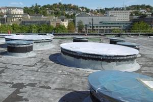 Die Dachfläche aus Stahlbeton schnitten die Handwerker 12 große und 36 kleine kreisrunde Öffnungen hinein