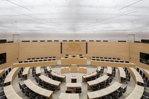 Nach Abschluss der Modernisierung nach Plänen des Büros Staab Architekten kommt viel Tageslicht in den zuvor nur künstlich beleuchteten Plenarsaal durch die die transluzenten DeckenplattenFoto: Marcus Ebener