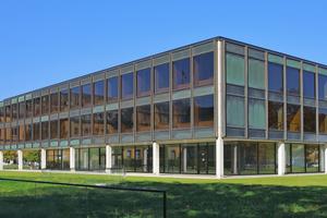 Von außen blieb das denkmalgeschützte Landtagsgebäude in Stuttgart vollkommen unverändert – inklusive der inzwischen schwarz-grün patinierten Buntmetallpaneele und der BronzeprofileFoto: Deutsche Foamglas