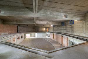 Der Plenarsaal wurde in den Rohbauzustand zurückversetzt, zur Abfangung wurden temporäre Stützen eingesetztFoto: Michael Tümmers