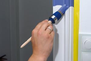 Acryllacke können wie hier mit dem Pinsel, oder mit der Rolle profigerecht verarbeitet werden