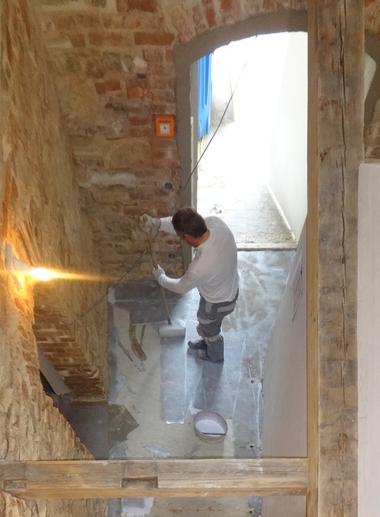 Der mineralische Kalk-Zement-Spachtelboden im Erdgeschoss wurde in reiner Handarbeit hergestellt und abschließend farblos beschichtet