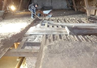 Über der alten Holzbalkendecke war eine Füllung mit Lehmschlag vorhanden