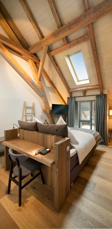 Die im Ober- und Dachgeschoss vorhandenen sechs Hotelzimmer erhalten ihre besondere Atmosphäre von den alten Balken und Sparren des erhalten gebliebenen Dachtragwerks