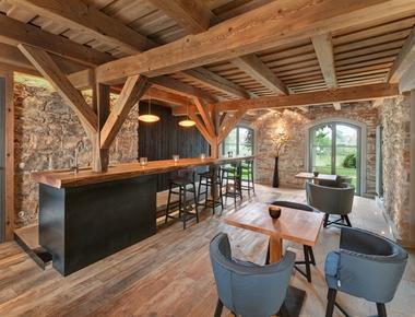 Die Räume im Erdgeschoss werden von der starken Strahlkraft des alten Bruchsteinmauerwerks geprägt<br />Fotos: Erich Spahn