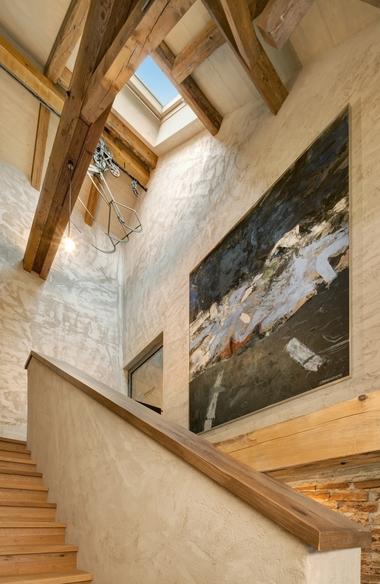 Ins Obergeschoss führt eine einläufige Holztreppe. Unter der Decke hängt im Treppenhaus noch der Heukran als Zeugnis der einst landwirtschaftlichen Nutzung