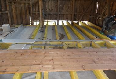 Rechts: Die vorhandene Holzdecke wurde durch eine neue Holz-Stahl-Konstruktion verstärkt