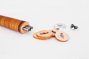 Mit hohem Druck werden die einzelnen Lederscheiben auf den Stiel gepresst<br />