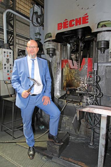 Frank Simon, Geschäftsführer der Picard GmbH, vor einem der riesigen Schmiedehämmer, mit denen die Hammerköpfe produziert werden