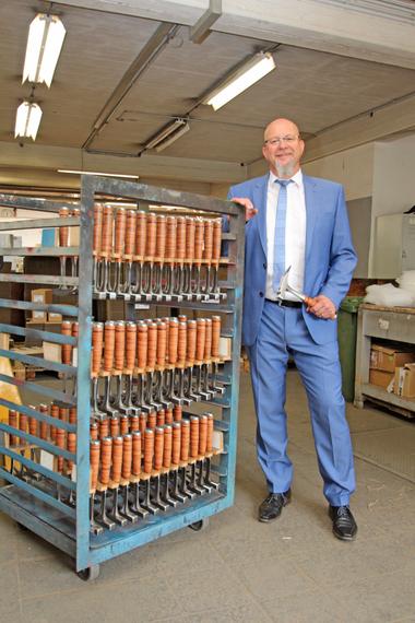 Frank Simon, Geschäftsführer der Picard GmbH, mit einer Charge des Topproduktes: der Ganzstahl-Latthammer 790 mit Ledergriff