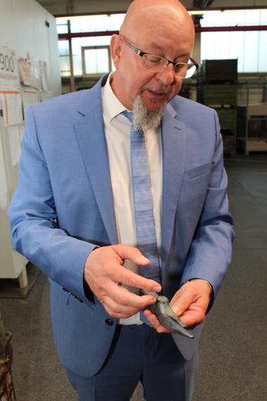 Frank Simon erläutert die Produktionsschritte eines Hammerkopfes