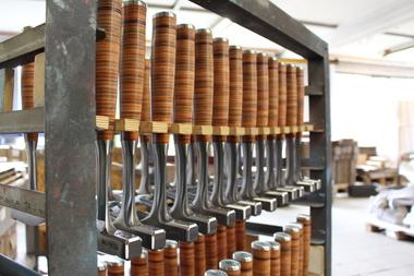 Fast zu schön, um damit zu arbeiten: der Ganzstahl-Latthammer 790 mit Ledergriff