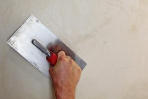 Zweite Putzlage 1 bis 2mm dick auftragen und mit Druck verpressen
