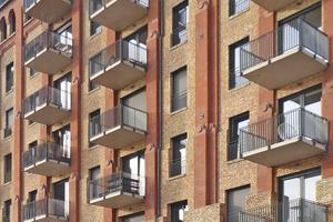 In dem Backsteinensemble entsanden moderne Loftwohnungen, dazu wurden Balkone und zusätzliche Fensteröffnungen ergänzt