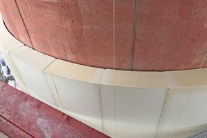 Der exakte 7-m-Radius ist Platte für Platte mit Hilfe von Lotfäden abgesteckt