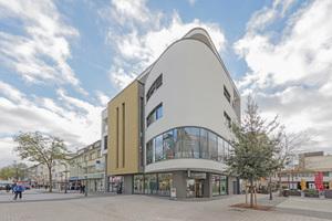 Mit einer runden Ecke prägt das neue Gebäude von aktivoptik den Eingang zur Bad Kreuznacher Einkaufspassage