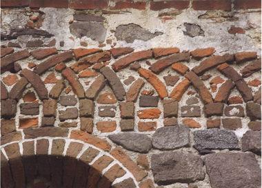 Freie Hand bei der Gestaltung: Dorfkirche Krevese, 13. Jahrhundert, vierfach geflochtener Rundbogenfries; eine handwerkliche Herausforderung
