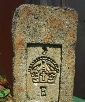 Ziegeleizeichen: Dieser Schamottestein wurde 1966 bei Reparaturarbeiten an einem Herrenhaus in Heinersdorf gefunden