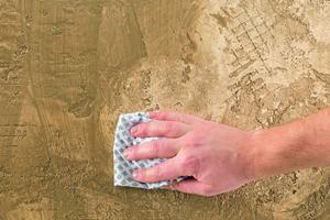 Überschüssige Seife mit einem Baumwolllappen aufnehmen