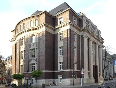 Die Straßenfronten des neobarocken, denkmalgeschützten ehemaligen Gerichtsgebäudes in Düsseldorf sind mit Klinkern verblendet, um eine Einbindung in die frühneuzeitliche Backsteinarchitektur der Altstadt sicherzustellen
