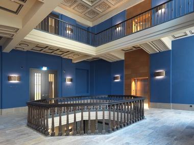 In einem Beitrag aus einer Bauzeitschrift von 1928 wurde das Innenraumkonzept konkret beschrieben, auch die blaue Farbe der Wände