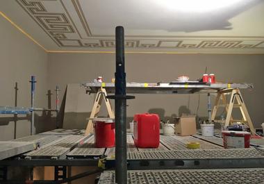 Beim Schablonieren der Deckenbemalung der Treppenhäuser arbeiteten die Restauratoren über Kopf