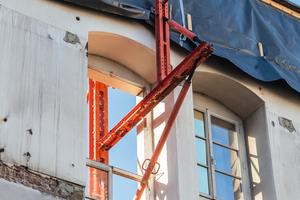 """Die exakt an die vorhandenenFensteröffnungen angepasste Fassadenabstützung basiert auf """"Variokit"""" Systembauteilen"""
