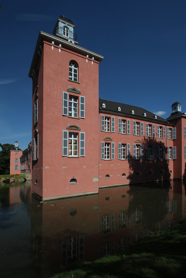 Das im Norden von Düsseldorf gelegene Schloss Kalkum zählt zu den bedeutendsten Wasserschlössern in NRW. Das Wasser bringt jedoch eine erhöhte Feuchtigkeitsbelastung mit sich, weshalb bei der Sanierung unter anderem ein spezieller Feuchteregulierungsputz zum Einsatz kam. Die Befestigungspunkte der Gerüstverankerung werden am Sockel noch mit Putz geschlossen