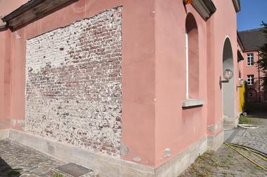 Das Mauerwerk ist intakt, an einigen Stellen kam es jedoch zu großflächigen Putzabplatzungen