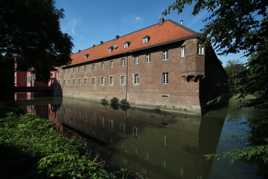 Die ehemalige Vorburg (Wirtschaftsteil) ist komplett unverputzt geblieben