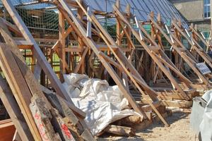 Eine externe Tragkonstruktion hielt das Fachwerkgerippe in der Schwebe, um neue Fundamente, Bodenplatte, Sockelmauerwerk und umlaufende Fachwerkschwelle einbauen zu können