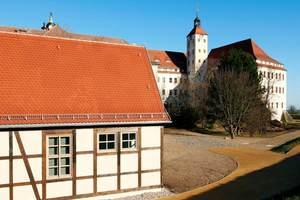Das Gachwerkgebäude gehört zu einem Ensemble rund um das Renaissance-Schloss, einem ehemaligen Königssitz