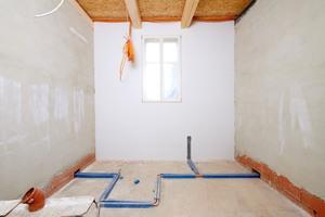 Zukünftiger Behandlungsraum der Praxis mit fertig geputzten Wänden