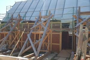 """Die externe Tragkonstruktion ist noch vorhanden, das Gebäude steht aber schon wieder """"auf eigenen Füßen"""""""