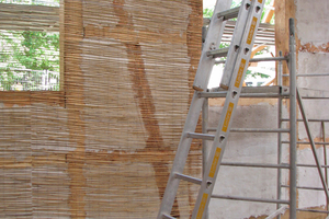 Vollfläche Verkleidung der Wände mit Schilfrohrmatten