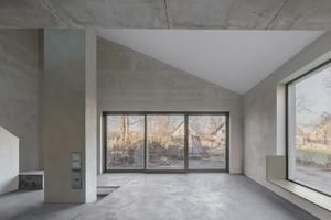 Viel Tageslicht gelangt in die umgebaute Remise durch zum Teil bodentief ins Mauerwerk geschnittene Fenster
