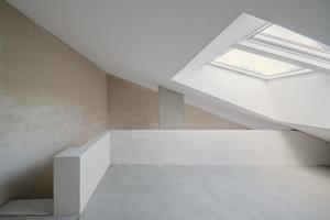 Die Galerieebene wird im Kopfbau erst durch das Herausheben eines Velux Zwilling-Dachfensters mit einer erhöhten Laibung möglich